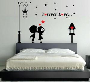 Applicazione di adesivi con scritte per pareti in camera da letto