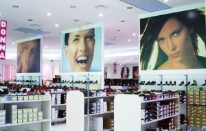 interno di un negozio dove si può vedere uno degli utilizzi degli adesivi monomerici