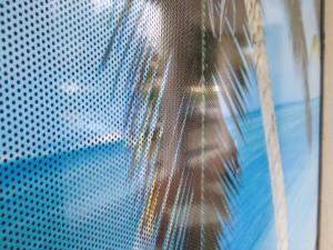 Decorazione-vetrine-negozio-con-adesivi-microforati-one-way-stampati-in-digitale-2